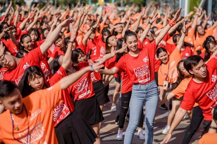 Màn Flashmob vui nhộn của các tình nguyện viên và Hoa Hậu Việt Nam Tiểu Vy.
