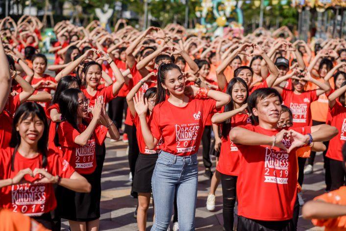 Hoa hậu Tiểu Vy và các bạn trẻ Đà Nẵng