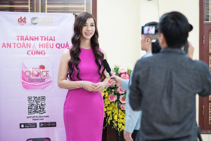 Bà Lê Bảo Ngọc - Giám đốc truyền thông Quỹ DKT Interational & Công ty TNHH Goldenchoice- trả lời phỏng vấn của đài VTV