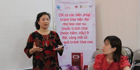 Bác sĩ Trần Thị Minh Tâm cung cấp kỹ năng về sức khỏe sinh sản cho cán bộ