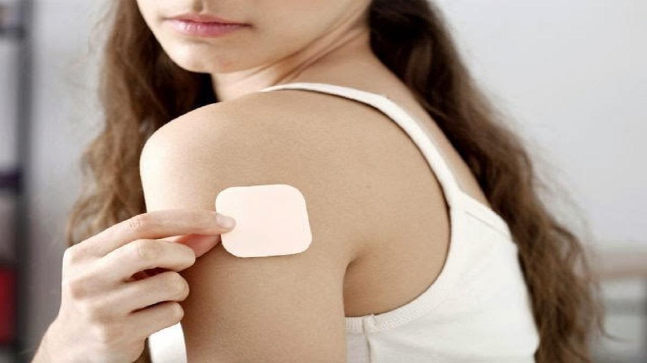 Dán miếng dán tránh thai vào những vùng như mông, bụng, cánh tay,...