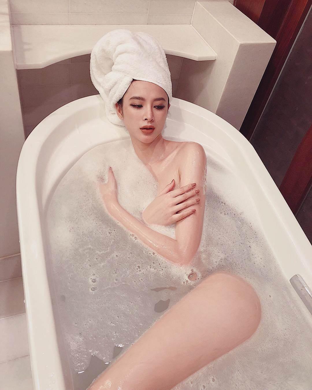 Tắm nước ấm sẽ giúp máu lưu thông tốt hơn, thúc đẩy có kinh sớm hơn