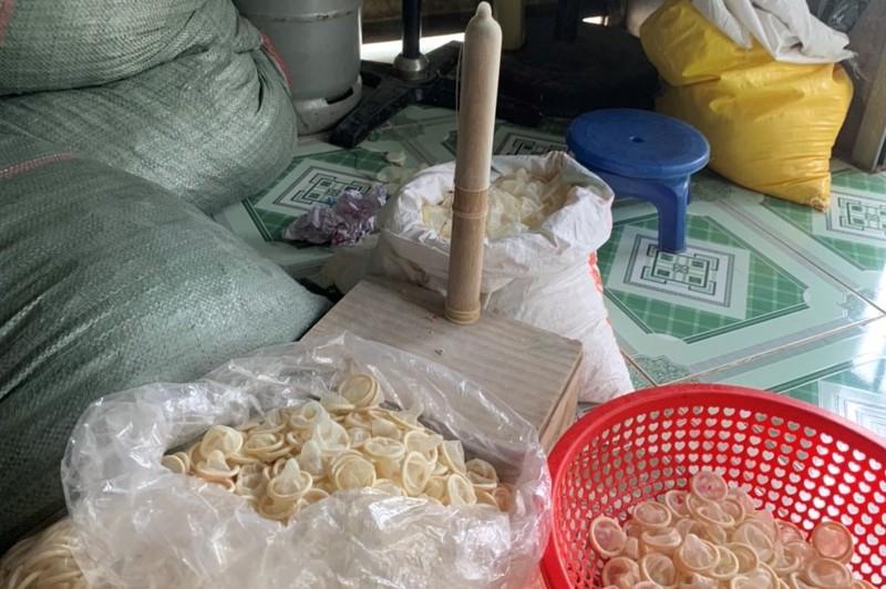 Tại thời điểm bị bắt giữ còn rất nhiều bao cao su đang được tái chế