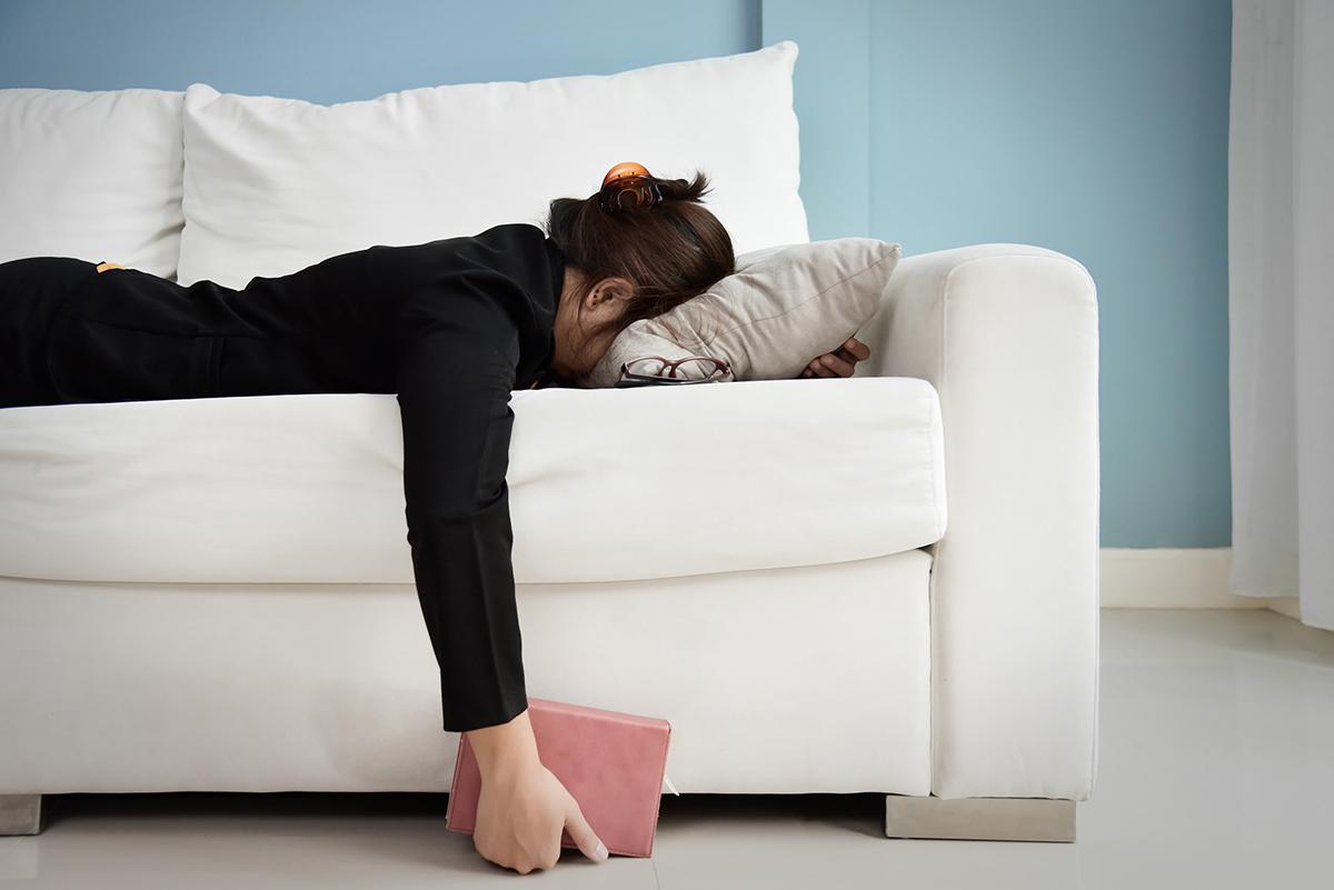 Làm việc mệt mỏi khiến cơ thể suy nhược là nguyên nhân dẫn đến tình trạng vô kinh