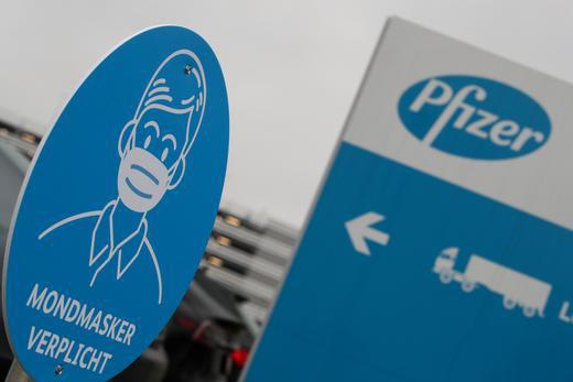 Theo Trung tâm Kiểm soát và Phòng ngừa Dịch bệnh Mỹ CDC, hai liều vaccine của Pfizer-BioNTech và Moderna cho hiệu quả tới hơn 94% (Nguồn: Reuters)