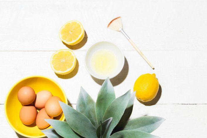 Dùng chanh và lòng trắng trứng gà trị rạn da là phương pháp an toàn giúp cải thiện các vết rạn ngay tại nhà.