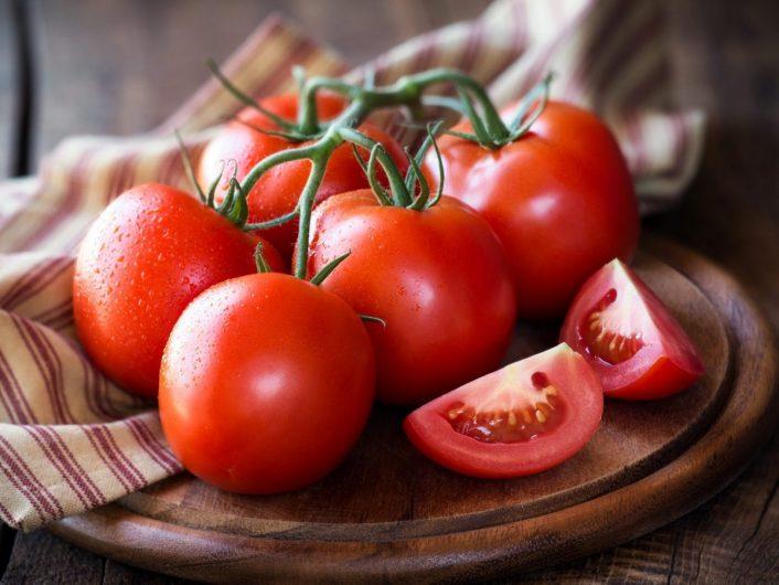 Chất xơ và các dưỡng chất có trong cà chua giúp sản sinh collagen có khả năng làm mờ đi các vết rạn và giúp da mịn màng, đều màu hơn